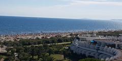 La Grande Motte propose des restaurants variés avec vue sur mer, sur les plages, dans les espaces verts et en ville avec une architecture unique (® networld-A.Giorgetti)