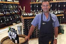 Cavavin Mauguio vend plus de 900 références de vins, champagnes, whiskies et rhums près de Montpellier. David Chesse caviste conseil vous guidera.(® cavavin)