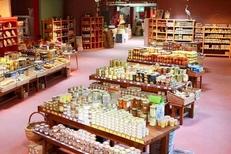 Belle sélection de produits régionaux de la Maison méditerranéenne des Vins sur la route de l'Espiguette du Grau du Roi (crédits photos : networld-fabrice Chort)