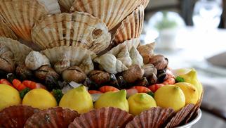 L'Ombrine la Grande Motte propose de magnifiques plateaux de fruits de mer à déguster au restaurant sur le port.(® networld-fabrice chort)