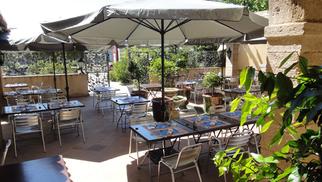 Restaurant Les Cuisiniers Vignerons Lattes propose des tables en terrasse en automne.