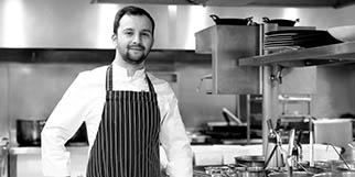 Le Grand Large Balaruc Restaurant de cuisine fait maison et ses spécialités autour du poisson présente son chef Jean Gary-Bobo qui officie en cuisine.(® SAAM-fabrice Chort)