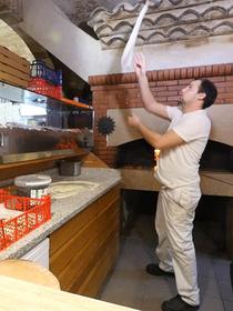 Pizzeria du Palais Montpellier est un restaurant italien avec une cuisine fait maison. Découvrez le portrait de son pizzaïolo Lou BREDIS.(® emma lahmi)