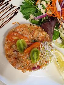 La Cosa Nostra La Grande Motte est un restaurant italien et méditerranéen sur le port qui propose sa recette du Tartare de saumon.( ® la cosa nostra)