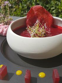 Le Mazerand Lattes propose une recette gastronomique de la betterave pour une entrée de saison sur la carte d'été de ce restaurant.(® le Mazerand)