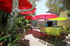L'Auberge de La Crouzette de Combaillaux présente des tables en terrasse (® networld-fabrice Chort)