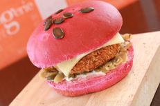 Boulangerie Mas Saint Pierre Ponrouch Lattes et ses formules Restauration rapide et snacking à déguster sur place ou à emporter, ici un burger (®SAAM-fabrice Chort)