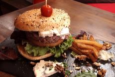 Burger Montpellier chez Burger et Ratatouille Restaurant qui propose une cuisine fait maison ici un Burger Roquefort (® Burger et Ratatouille)
