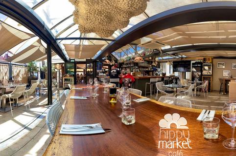 Hippy Market Café à Sète est un restaurant de poissons et coquillages, avec des tables en terrasse sur les quais du canal. (®hippy market café)