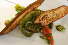 L'Art Local Montpellier est un restaurant de cuisine fait maison avec des produits locaux. Ici un caviar d'aubergines et poivrons en textures (® l'art local)