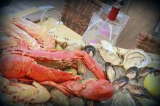 La Calanque Sète propose de beaux plateaux de fruits de mer sur les quais face aux bateaux (® networld-fabrice Chort)