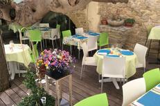 La Croq'au sel Gallargues le Montueux et ses tables de restaurant en terrasse (® la croq au sel)