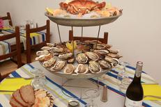 Restaurant coquillages Meze La Maison du Pêcheur avec de beaux plateaux de fruit de mer (® networld-fabrice chort)