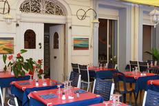Restaurant Poissons Mèze La Maison du Pêcheur avec des tables en terrasse (® networld-fabrice chort)
