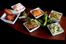 La Plancha Carnon propose une cuisine fait maison. Ici une planche d'assortiments de Mezzés et tapas à partager (® SAAM-fabrice Chort)