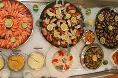 Buffet poissons et coquillages à La Table de Thau Bouzigues Restaurant Poissons et fruits de mer vue étang et Sète (® SAAM--fabrice Chort)