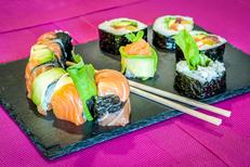 Lady Sushi Saint Gély du Fesc propose de nombreuses Formules ici Assortiment de Makis et Spring Rolls, à déguster sur place, à emporter ou pour une livraison (® Lady Sushi)