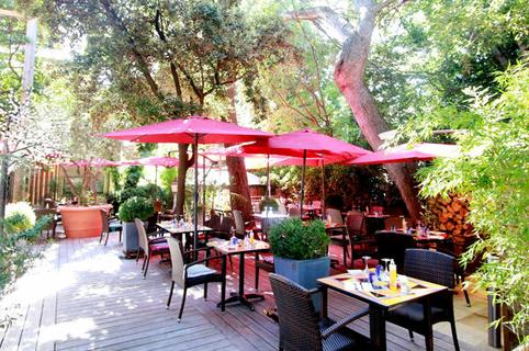 Le Bazar Montpellier propose des tables en terrasse ombragée à Aiguelongue (® networld-fabrice chort)
