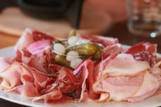 Le Chalet Chamoniard Montpellier propose une cuisine traditionnelle et des spécialités montagnardes avec de la charcuterie à Lattes (® networld-fabrice chort)