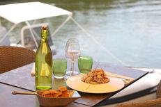 Restaurant Le Dauphin Grau du Roi propose des tables en terrasse pour les beaux jours au centre-ville sur les quais (® SAAM-fabrice Chort)