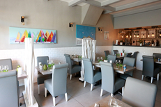 Resto Le Dauphin Grau du Roi dédié aux poissons et fruits de mer avec une salle lumineuse avec une salle lumineuse au centre-ville sur les quais (® SAAM-fabrice Chort)