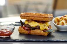 Le Labo de la Gaufre Montpellier est un restaurant de gaufres faites maison, ici la gaufre-burger (® labo de la gaufre)