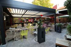 Le Patio Mauguio restaurant avec tables en extérieur en terrasse sous la pergola bioclimatique (® Le Patio)