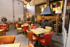 Le Patio Mauguio restaurant de grillades au feu de bois et l'immense cheminée dans la salle (® Le Patio)