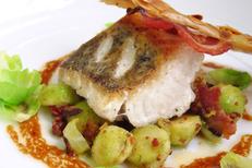 Les Gourmands Montpellier Restaurant fait maison. Ici un dos de cabillaud au galanga et tuile de lard croustillant (® les gourmands)