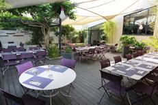 Restaurant Les Gourmands Montpellier propose un patio d'été à l'arrière du restaurant avec des tables en terrasse sur l'avenue Saint Lazare au centre-ville (® SAAM-Fabrice Chort)