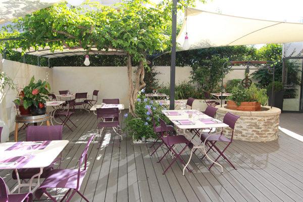 Tables en terrasse du restaurant les Gourmands sur l'avenue Saint