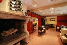 Salle chaleureuse avec cheminée du restaurant Le Bazar de Montpellier dans le quartier Aiguelongue (© networld-fabrice chort)