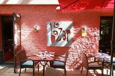 Tables confortables du restaurant Le Bazar de Montpellier dans le quartier Aiguelongue (© networld-fabrice chort)