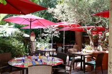 Tables en terrasse du restaurant Le Bazar de Montpellier dans le quartier Aiguelongue (© networld-fabrice chort)