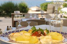 Restaurant Etang de Thau Rives de Thau vous reçoit à Bouzigues avec vue magnifique sur l'Etang de Thau, ici une Bourride de Lotte (® SAAM-Fabrice Chort)