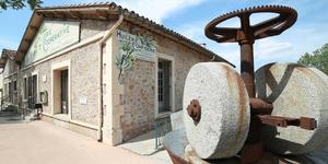 L'Oli d'Oc est une boutique dédiée à l'olive et à l'huile d'olive produites à l'huilerie coopérative de Clermont l'Hérault et aux produits régionaux.(® SAAM-fabrice Chort)