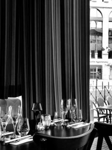 Ambiance et mise de table du restaurant-brasserie La Suite au coeur d'Antigone dans la ville de Montpellier (crédits photos: networld-S.Boirel)
